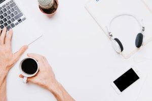 白色桌子和咖啡