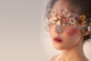美麗臉龐戴花眼罩
