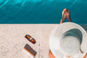 在游泳池旁放鬆