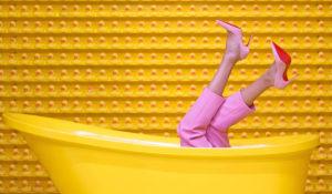 女生躺在黃色浴缸